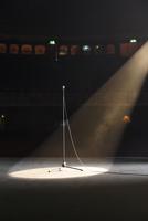 Microphone in spotlight on empty theater stage 11086008250| 写真素材・ストックフォト・画像・イラスト素材|アマナイメージズ