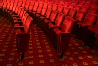 Seats in empty theater auditorium 11086008262| 写真素材・ストックフォト・画像・イラスト素材|アマナイメージズ
