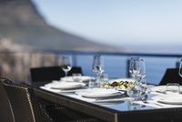 Set table on modern patio 11086008292| 写真素材・ストックフォト・画像・イラスト素材|アマナイメージズ