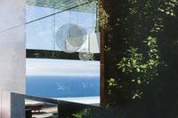 Reflection on window overlooking ocean 11086012349| 写真素材・ストックフォト・画像・イラスト素材|アマナイメージズ