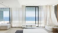 Modern bedroom overlooking ocean 11086012352| 写真素材・ストックフォト・画像・イラスト素材|アマナイメージズ