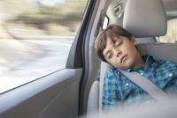 Boy sleeping in back seat of car 11086012992| 写真素材・ストックフォト・画像・イラスト素材|アマナイメージズ