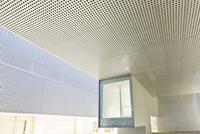 Illuminated window in modern office building 11086014157| 写真素材・ストックフォト・画像・イラスト素材|アマナイメージズ
