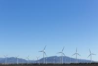 Wind farm under blue sky 11086014602  写真素材・ストックフォト・画像・イラスト素材 アマナイメージズ