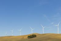 Wind turbines on hilltop 11086014605  写真素材・ストックフォト・画像・イラスト素材 アマナイメージズ