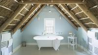 Luxury attic bathroom 11086014617| 写真素材・ストックフォト・画像・イラスト素材|アマナイメージズ