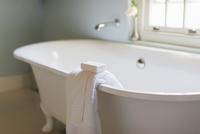 Bar soap and towel on ledge of claw foot tub 11086014706| 写真素材・ストックフォト・画像・イラスト素材|アマナイメージズ