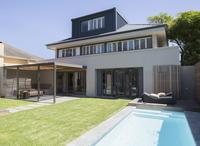 Modern house and lap pool 11086014808| 写真素材・ストックフォト・画像・イラスト素材|アマナイメージズ