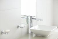 Sink in sunny modern bathroom 11086014836| 写真素材・ストックフォト・画像・イラスト素材|アマナイメージズ