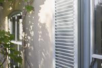 Sun shining on house shutters 11086014846| 写真素材・ストックフォト・画像・イラスト素材|アマナイメージズ