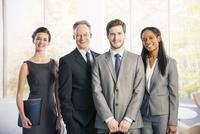 Portrait of confident business people 11086014924| 写真素材・ストックフォト・画像・イラスト素材|アマナイメージズ