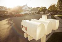 Mailboxes on suburban street 11086015018| 写真素材・ストックフォト・画像・イラスト素材|アマナイメージズ