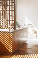Blinds casting shadows in modern bathroom 11086015466| 写真素材・ストックフォト・画像・イラスト素材|アマナイメージズ