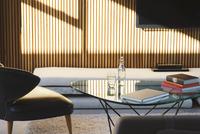 Window casting shadows in modern living room 11086015470| 写真素材・ストックフォト・画像・イラスト素材|アマナイメージズ