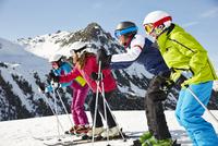 Family skiing together 11086016041| 写真素材・ストックフォト・画像・イラスト素材|アマナイメージズ