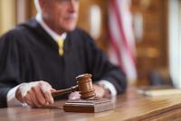 Judge banging gavel in court  11086016355| 写真素材・ストックフォト・画像・イラスト素材|アマナイメージズ