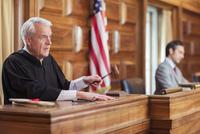 Judge banging gavel in court 11086016357| 写真素材・ストックフォト・画像・イラスト素材|アマナイメージズ
