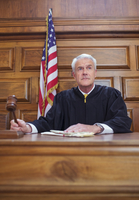 Judge banging gavel in court  11086016364| 写真素材・ストックフォト・画像・イラスト素材|アマナイメージズ