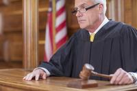 Judge banging gavel in court  11086016846| 写真素材・ストックフォト・画像・イラスト素材|アマナイメージズ