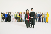 Portrait of confident graduates 11086017381| 写真素材・ストックフォト・画像・イラスト素材|アマナイメージズ