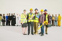 Portrait of confident construction workers 11086017382| 写真素材・ストックフォト・画像・イラスト素材|アマナイメージズ