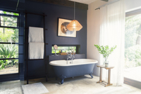 Bathtub and light fixture in modern bathroom 11086017448| 写真素材・ストックフォト・画像・イラスト素材|アマナイメージズ