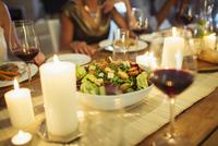 Salad bowl on table at dinner party 11086017550| 写真素材・ストックフォト・画像・イラスト素材|アマナイメージズ