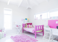 Girl's bedroom with pink bed, rug and toys 11086018198| 写真素材・ストックフォト・画像・イラスト素材|アマナイメージズ