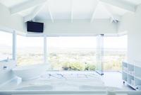 Modern white bedroom interior with double bed and bathtub 11086018205| 写真素材・ストックフォト・画像・イラスト素材|アマナイメージズ