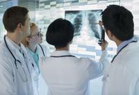 Doctors looking at patient's x-ray 11086018677| 写真素材・ストックフォト・画像・イラスト素材|アマナイメージズ