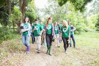Environmentalist volunteers planting new tree 11086021247| 写真素材・ストックフォト・画像・イラスト素材|アマナイメージズ