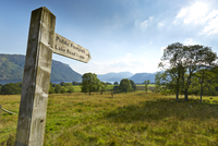 Wooden public footpath signpost in rural Lake District, Ullswater, England 11086024069| 写真素材・ストックフォト・画像・イラスト素材|アマナイメージズ