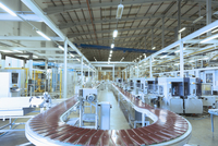 Conveyor belt and machinery in empty factory 11086024304| 写真素材・ストックフォト・画像・イラスト素材|アマナイメージズ