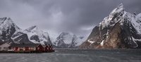 Snow covered mountain range above fishing village, Hamnoya, Lofoten Islands, Norway 11086025192| 写真素材・ストックフォト・画像・イラスト素材|アマナイメージズ