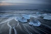 Long exposure of ice on cold stormy ocean beach, Jokulsarlon, Iceland 11086025205| 写真素材・ストックフォト・画像・イラスト素材|アマナイメージズ