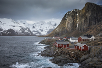 Snow covered mountains behind craggy fishing village on bay, Hamnoya, Lofoten Islands, Norway 11086025212| 写真素材・ストックフォト・画像・イラスト素材|アマナイメージズ