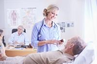Doctor discussing prescription medication to senior man 11086026912| 写真素材・ストックフォト・画像・イラスト素材|アマナイメージズ