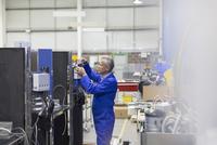 Worker repairing machinery in steel factory 11086027454  写真素材・ストックフォト・画像・イラスト素材 アマナイメージズ