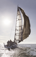 Sailboat on sunny ocean 11086027923| 写真素材・ストックフォト・画像・イラスト素材|アマナイメージズ