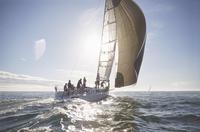 Sailboat on sunny ocean 11086027934| 写真素材・ストックフォト・画像・イラスト素材|アマナイメージズ