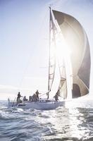 Sailboat on sunny ocean 11086027935| 写真素材・ストックフォト・画像・イラスト素材|アマナイメージズ