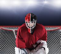 Portrait determined hockey goalie protecting goal net 11086027977| 写真素材・ストックフォト・画像・イラスト素材|アマナイメージズ