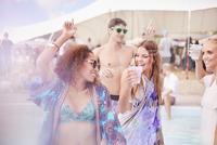 Young women dancing at music festival 11086028089| 写真素材・ストックフォト・画像・イラスト素材|アマナイメージズ