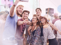 Young friends posing for selfie at music festival 11086028098| 写真素材・ストックフォト・画像・イラスト素材|アマナイメージズ
