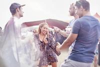 Young friends dancing at music festival 11086028109| 写真素材・ストックフォト・画像・イラスト素材|アマナイメージズ