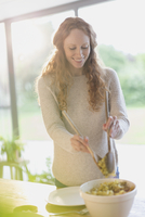 Pregnant woman serving food 11086028718| 写真素材・ストックフォト・画像・イラスト素材|アマナイメージズ
