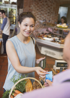 Smiling woman paying with credit card at grocery store checkout 11086028861  写真素材・ストックフォト・画像・イラスト素材 アマナイメージズ