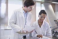 College students conducting scientific experiment in science laboratory classroom 11086029713| 写真素材・ストックフォト・画像・イラスト素材|アマナイメージズ