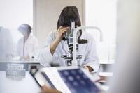 Female college student using microscope in science laboratory classroom 11086029716| 写真素材・ストックフォト・画像・イラスト素材|アマナイメージズ