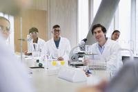 Portrait smiling college students in science laboratory classroom  11086029725| 写真素材・ストックフォト・画像・イラスト素材|アマナイメージズ